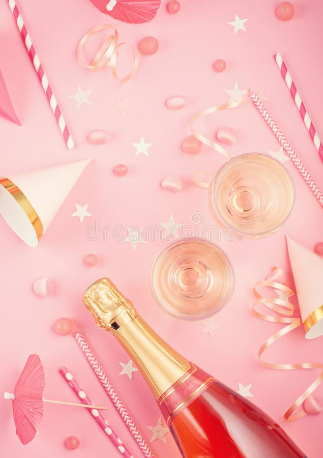 Acessórios do partido das meninas sobre o fundo cor-de-rosa Convite, aniversário, conceito do partido da solteira fotos de stock