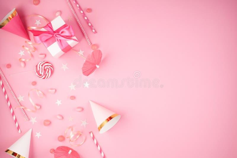 Acessórios do partido das meninas sobre o fundo cor-de-rosa Convite, bi imagens de stock royalty free
