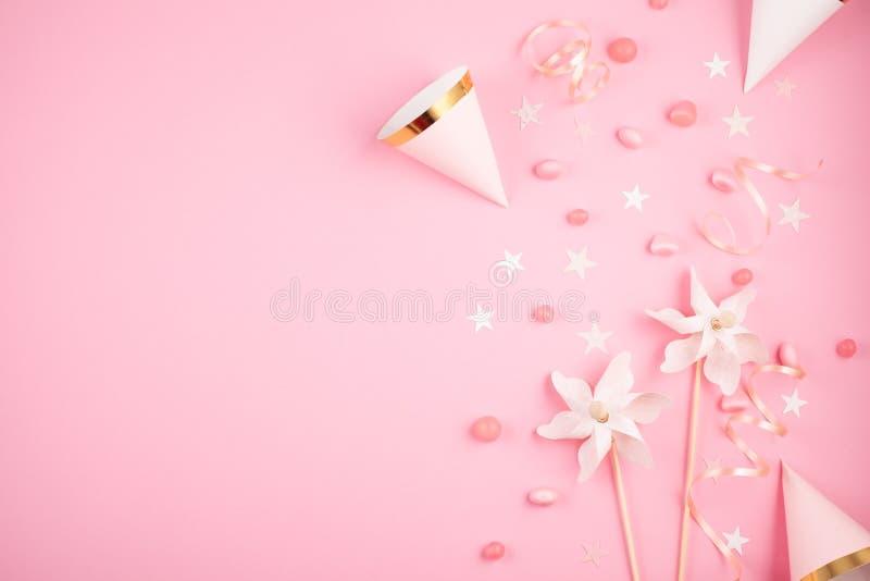 Acessórios do partido das meninas sobre o fundo cor-de-rosa Convite, bi imagem de stock royalty free