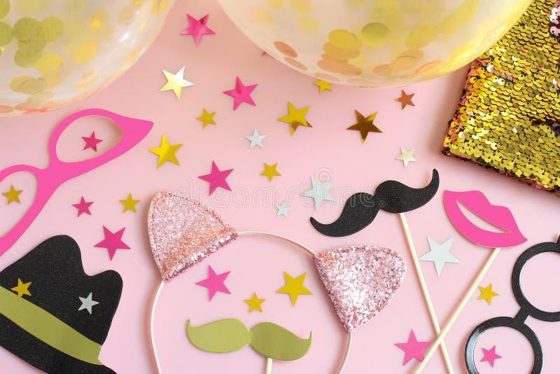 Acessórios do partido no fundo do rosa pastel fotos de stock royalty free