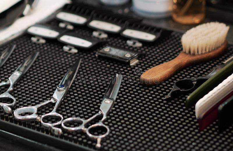Acessórios do ` s do barbeiro na bandeja da prateleira fotografia de stock