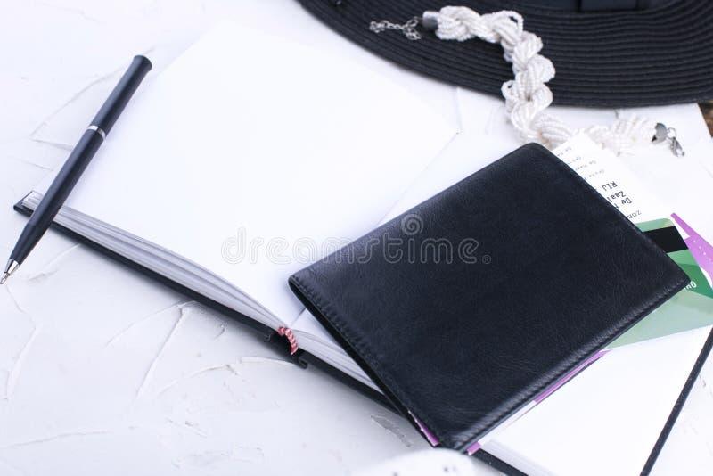 Acessórios do ` s das mulheres, bloco de notas para entradas, telefone e passaporte Ha foto de stock royalty free