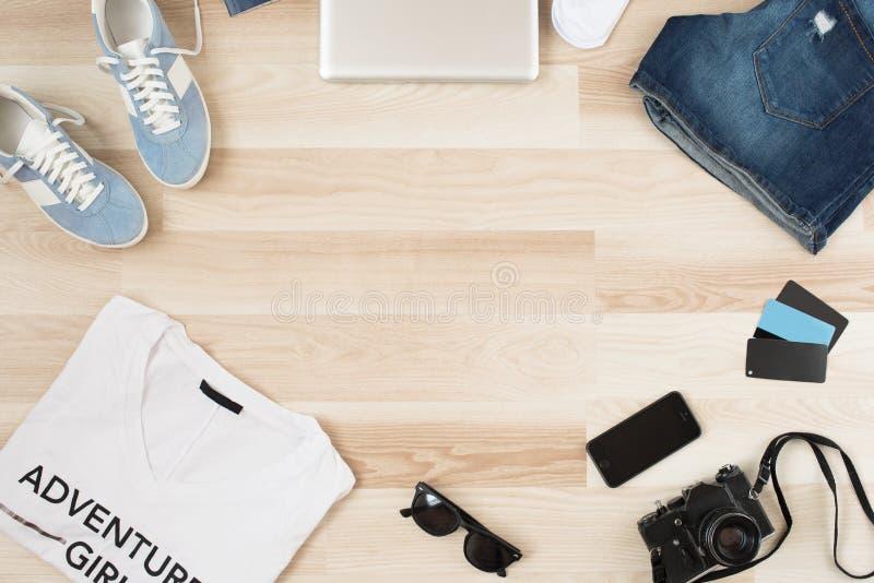 Acessórios do ` s das mulheres, roupa ocasional do verão em um fundo de madeira Artigos das férias e do curso fotos de stock royalty free