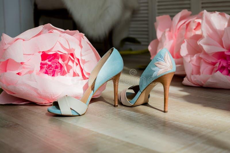 Acessórios do verão: sandália do salto alto Sapata de couro azul extravagante do ` s das mulheres Conceito da forma e da beleza S fotografia de stock