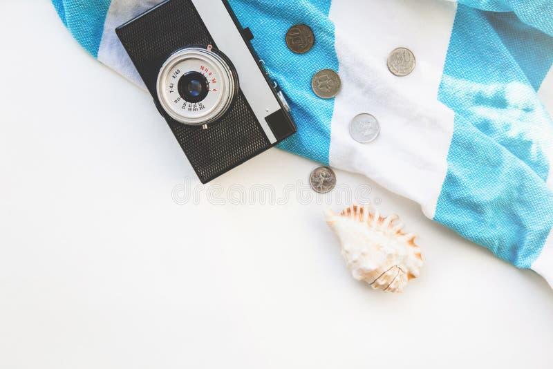Acessórios do viajante de Flatlay com espaço vazio para o texto toalha, sandpan listrados e câmera Curso da vista superior ou con foto de stock