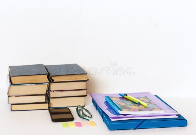 Acessórios dos artigos de papelaria da escola - caderno, caderno, dobrador plástico, penas, vidros, clipes de papel, etiquetas, b imagem de stock