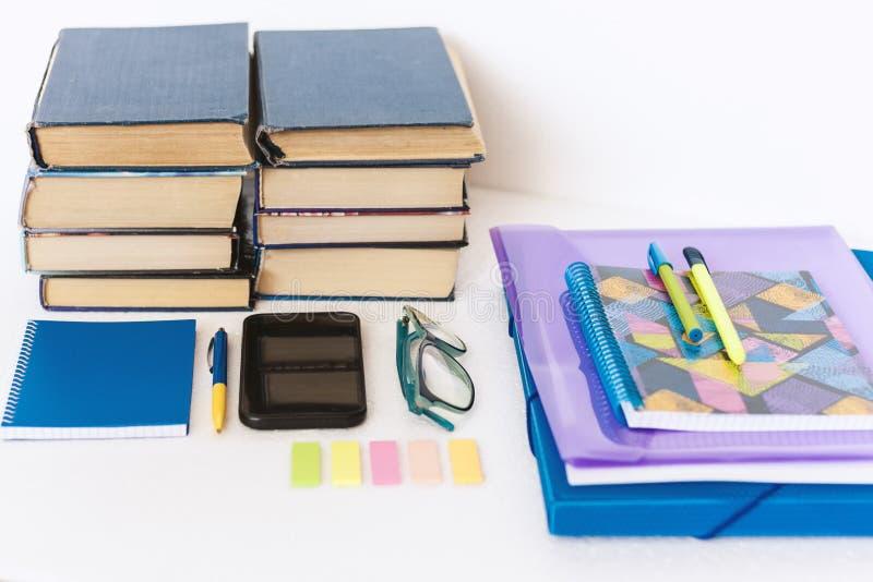 Acessórios dos artigos de papelaria da escola - caderno, caderno, dobrador plástico, penas, vidros, clipes de papel, etiquetas, b imagens de stock