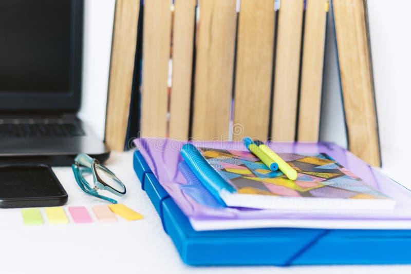 Acessórios dos artigos de papelaria da escola - caderno, caderno, portátil, dobrador plástico, penas, vidros, clipes de papel, et fotografia de stock royalty free