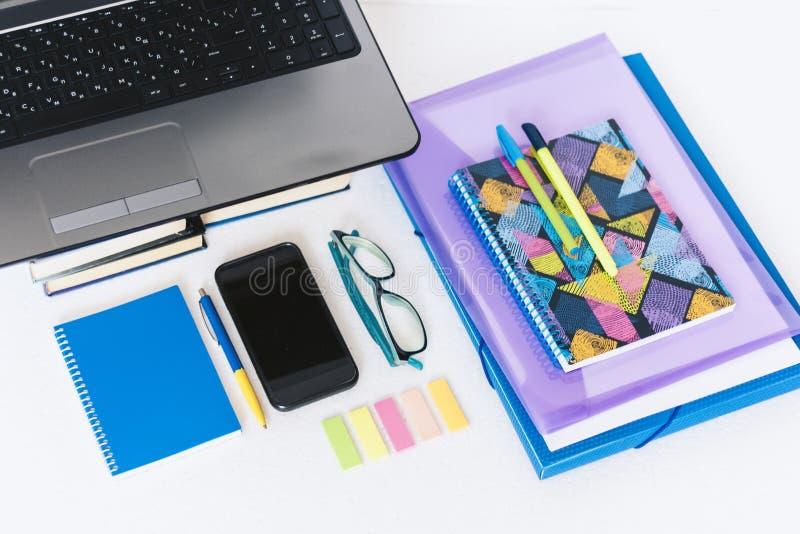 Acessórios dos artigos de papelaria da escola - caderno, caderno, portátil, dobrador plástico, penas, vidros, clipes de papel, et fotografia de stock