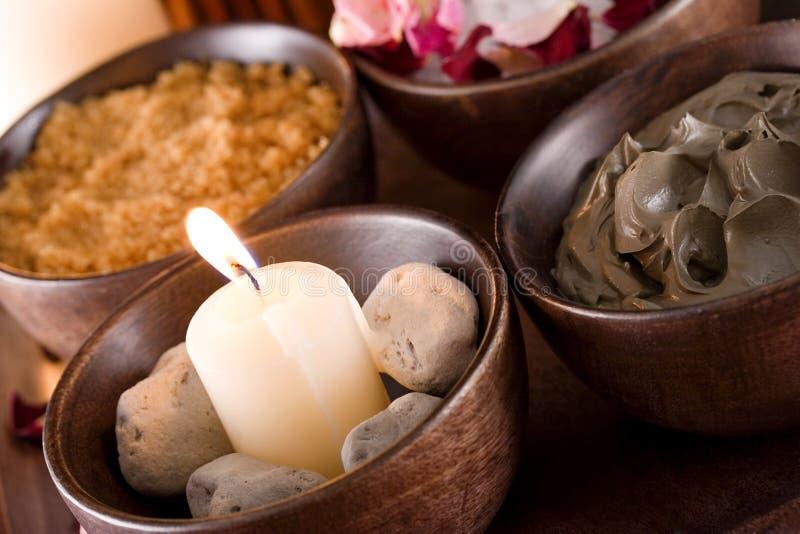 Acessórios dos termas: as pedras scented, lama, corpo esfregam imagens de stock