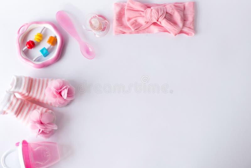 Acessórios e brinquedos do bebê no fundo branco com espaço vazio para o texto; vista superior, configuração lisa imagem de stock royalty free