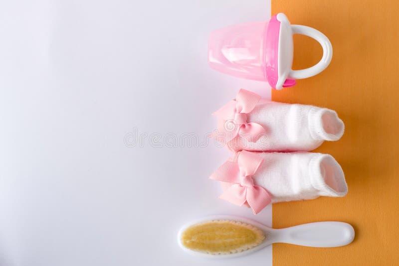 Acessórios e brinquedos do bebê no fundo branco com espaço vazio para o texto; vista superior, configuração lisa fotografia de stock royalty free
