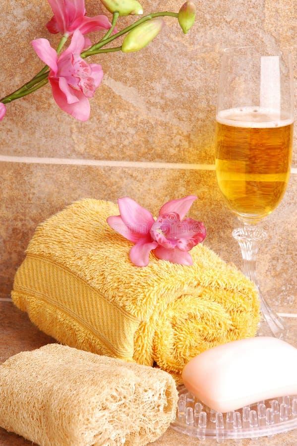 Acessórios e Champagne do banho foto de stock