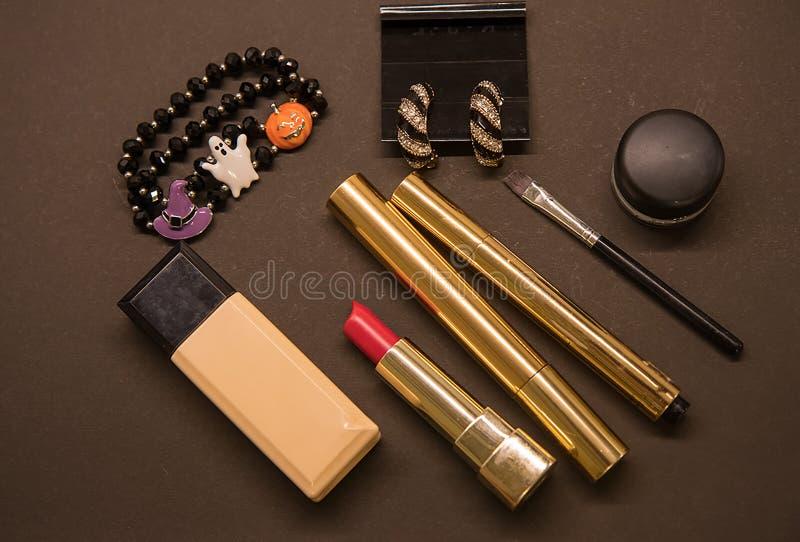 Acessórios fêmeas do equipamento do partido de Dia das Bruxas: o bracelete, compõe Configuração lisa, vista superior fotos de stock royalty free
