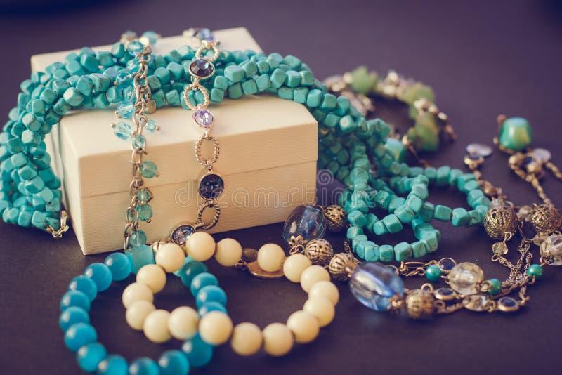 Acessórios no fundo preto, caixa de presente, bijouterie, braceletes, colar foto de stock royalty free
