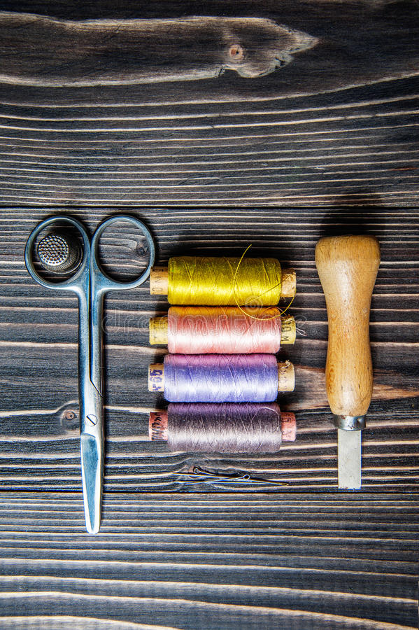 Acessórios para costurar na tabela de madeira escura fotos de stock royalty free