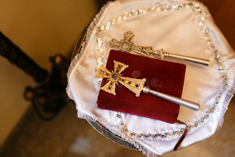 Acessórios para o batismo das crianças Ícones das velas e da fonte, Christian Armenian Church fotografia de stock royalty free