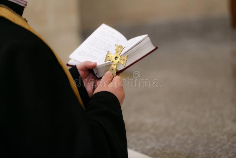 Acessórios para o batismo das crianças Ícones das velas e da fonte, Christian Armenian Church imagem de stock