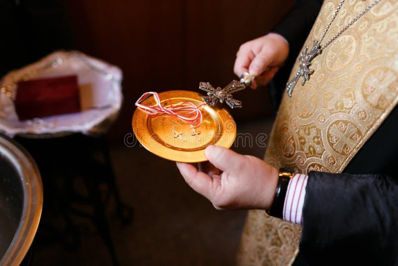Acessórios para o batismo das crianças Ícones das velas e da fonte, Christian Armenian Church imagem de stock royalty free