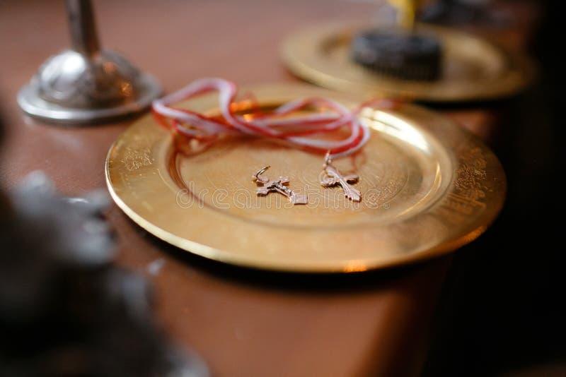 Acessórios para o batismo das crianças Ícones das velas e da fonte, Christian Armenian Church foto de stock