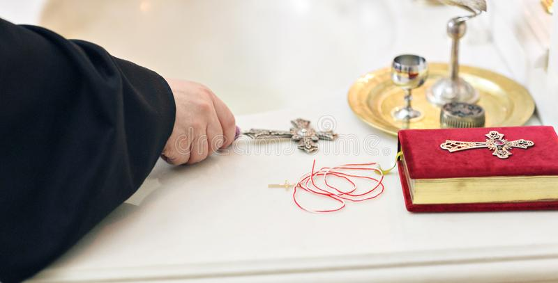 Acessórios para o batismo de ícones das crianças das velas e da fonte, Christian Armenian Church O sacramento de imagem de stock