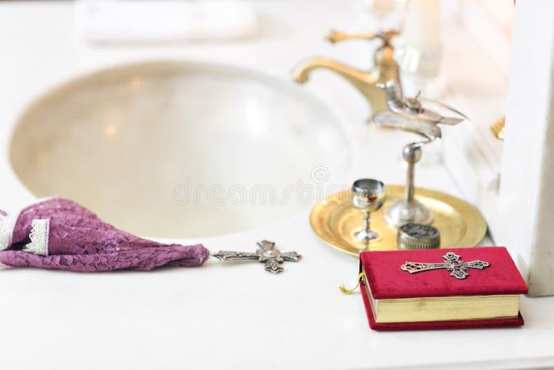 Acessórios para o batismo de ícones das crianças das velas e da fonte, Christian Armenian Church O sacramento de imagem de stock royalty free