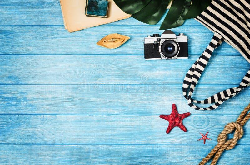 Acessórios para a opinião superior do curso no fundo de madeira azul fotografia de stock royalty free