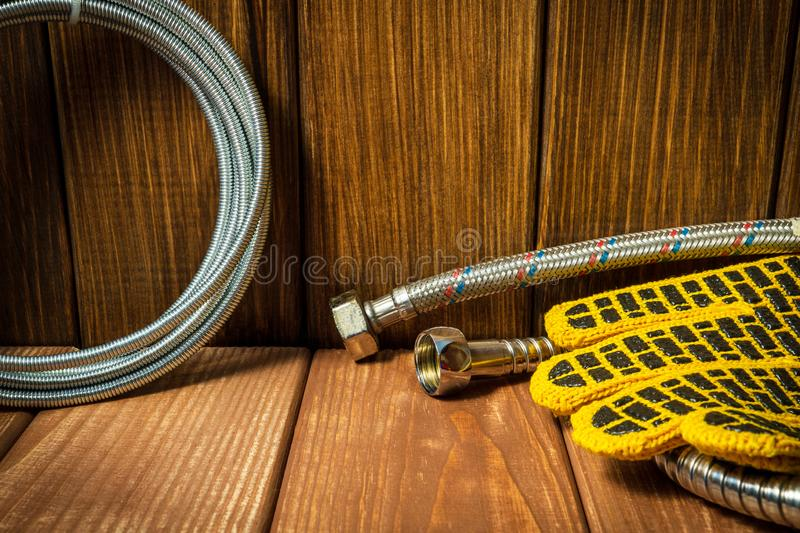 Acessórios para sondar reparos ou lavá-los na cozinha em um fundo de madeira fotografia de stock