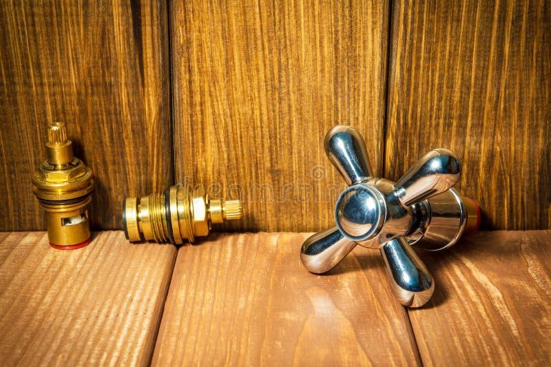 Acessórios para sondar reparos ou lavá-los na cozinha em um fundo de madeira foto de stock royalty free