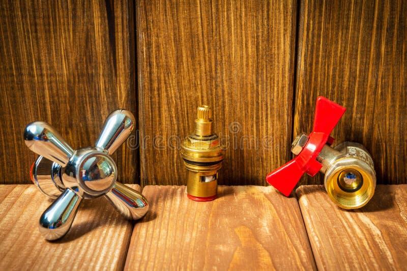 Acessórios para sondar reparos ou lavá-los na cozinha em um fundo de madeira imagens de stock royalty free