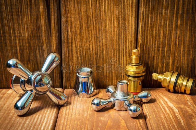 Acessórios para sondar reparos ou lavá-los na cozinha em um fundo de madeira fotos de stock
