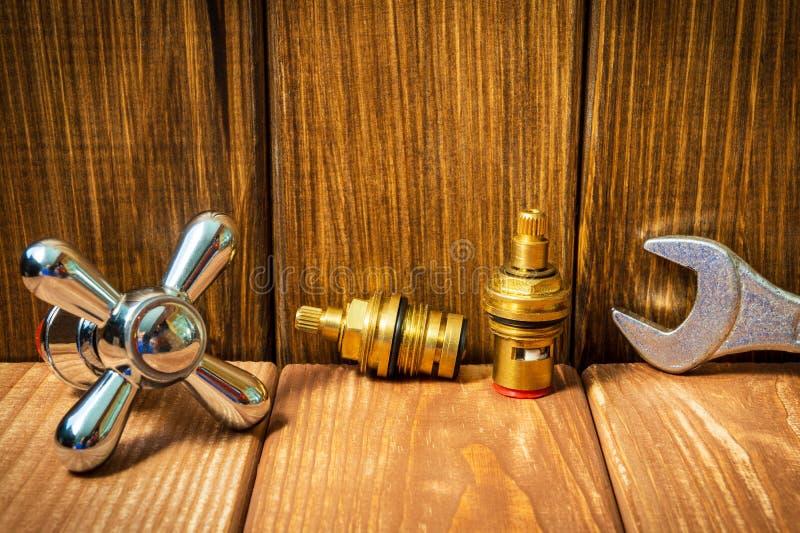 Acessórios para sondar reparos ou lavá-los na cozinha em um fundo de madeira foto de stock