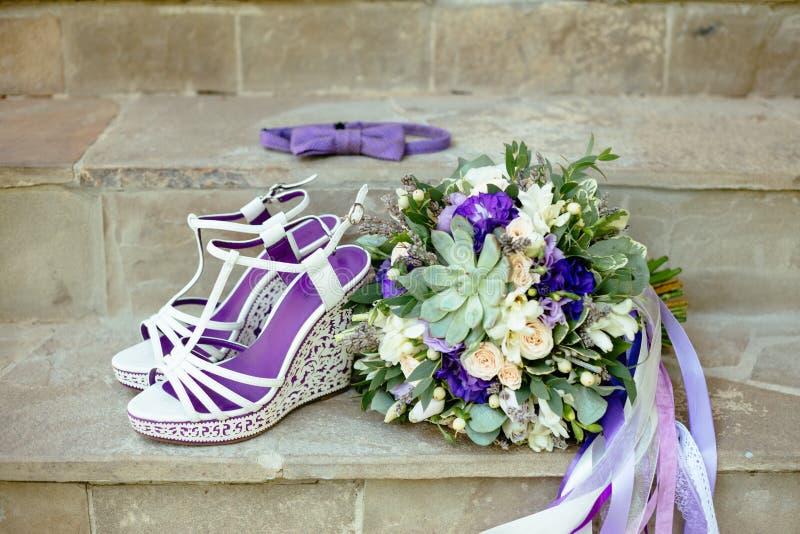 Acessórios roxos do casamento da cor com laço do baw foto de stock