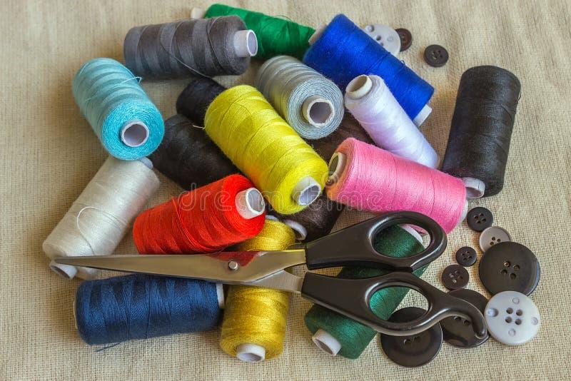 Acessórios Sewing Carretéis da linha diferente da cor, tesouras, fotos de stock