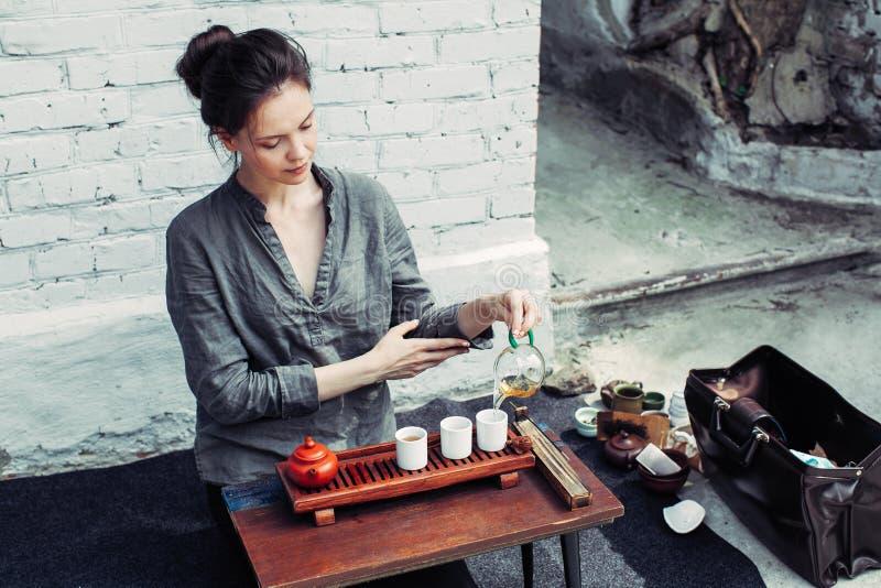 Acessórios tradicionais para a cerimônia de chá, o chá preto, o chá verde, o oolong, o puer, e o chaban Beveradges orientais foto de stock