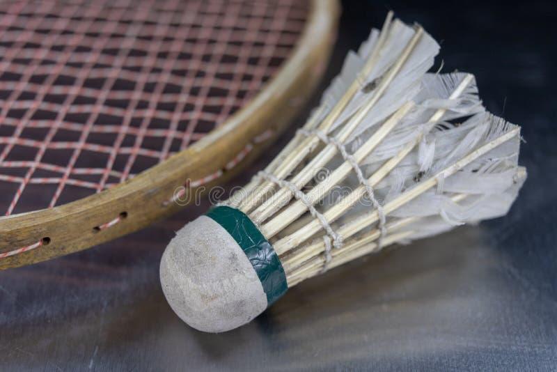Acessórios velhos do badminton em uma tabela clara Ajuste para o jogo exterior imagem de stock
