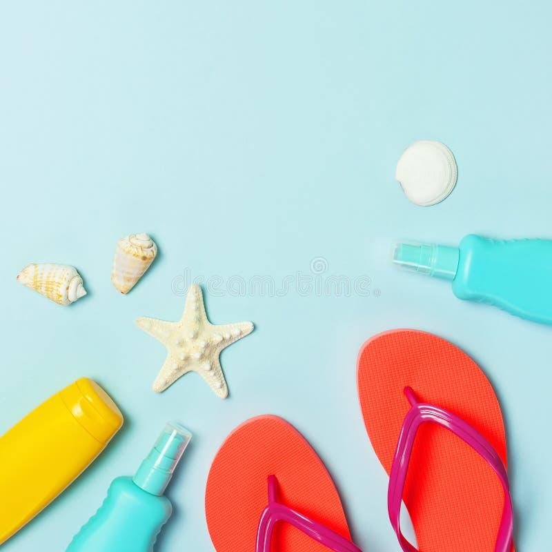 Acess?rios do mar da praia do ver?o Falhan?os de aleta corais, escudos, estrela do mar, garrafa amarela da prote??o solar, pulver imagens de stock