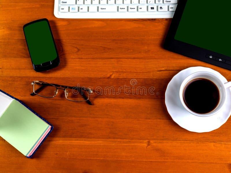 Acess?rios e dispositivos do neg?cio um a x?cara de caf? na tabela Vista de acima imagens de stock