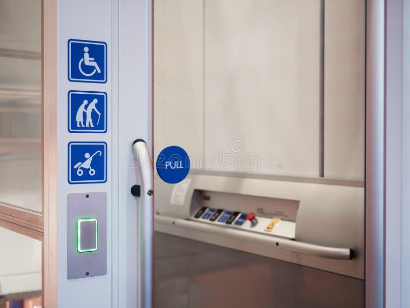 Acessibilidade do público da facilidade do elevador do signage da inabilidade imagem de stock