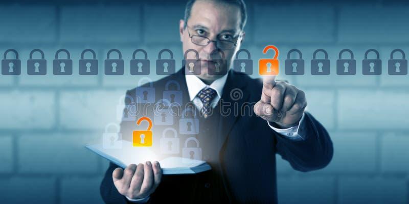 Acesso de Initiating Authenticated Data do homem de negócios fotos de stock royalty free