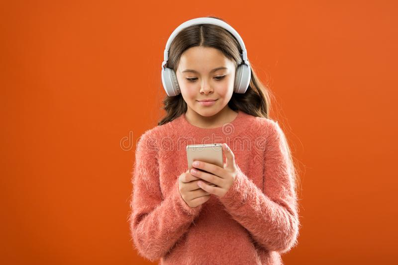 Acesso a milhões de músicas Aprecie o conceito da música Os melhores apps da música que merecem a escutar Criança da menina para  foto de stock