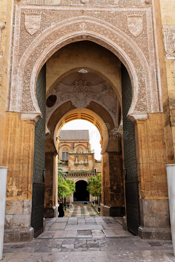 Acesso principal ao pátio da mesquita da catedral em Córdova imagem de stock royalty free