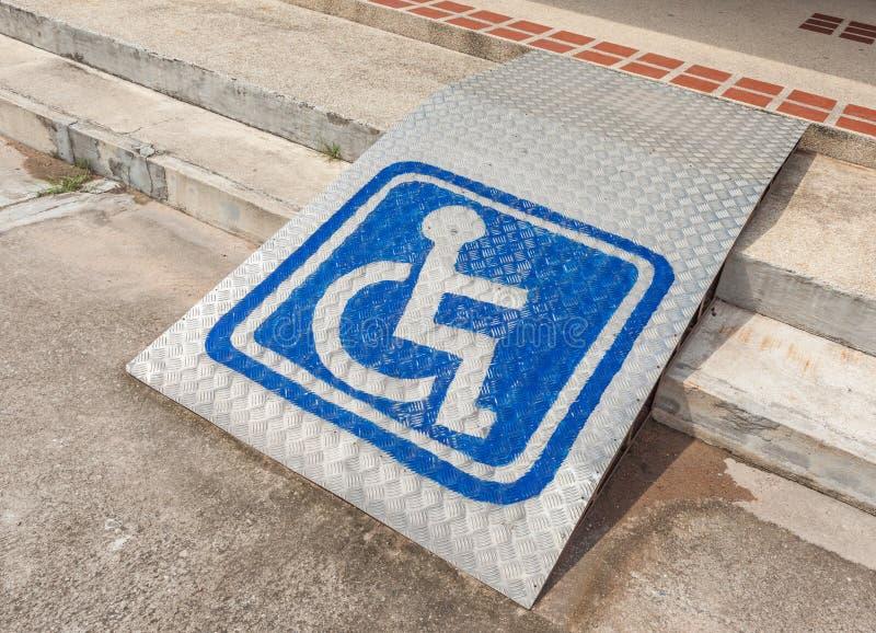 Acesso Ramped, usando a rampa da cadeira de rodas com sinal da informação no fl fotografia de stock