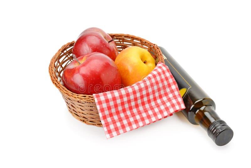 Aceto e mele di sidro di Apple isolati su fondo bianco immagine stock libera da diritti