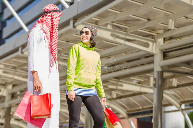 Achat arabe d'hommes images stock
