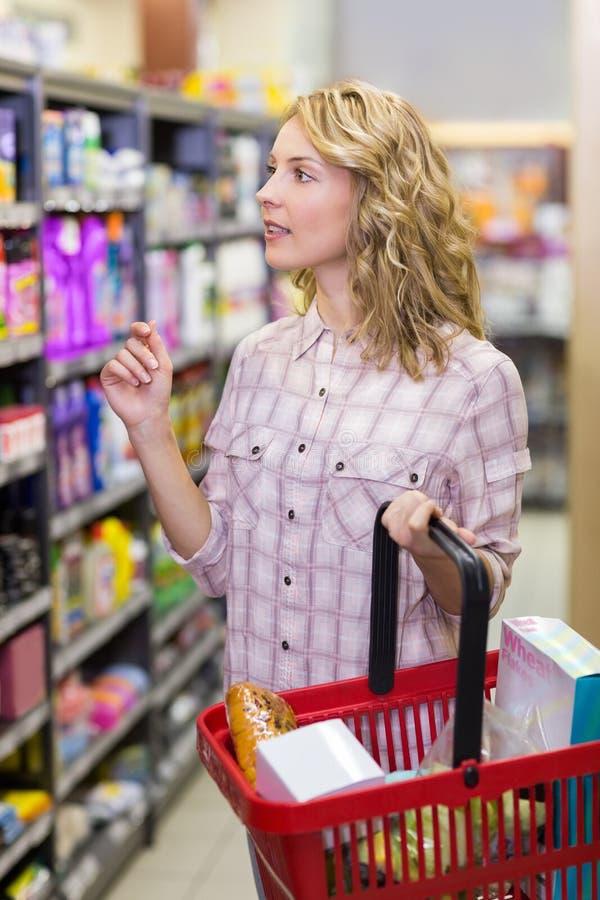 Download Achat Assez Blond De Femme Produits Photo stock - Image du nourriture, femelle: 56488078