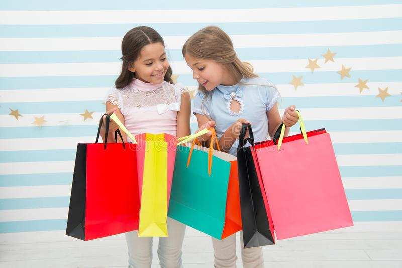 Achat avec le concept de meilleur ami Les filles aiment faire des emplettes Paniers heureux de prise de filles d'enfants petits A image stock