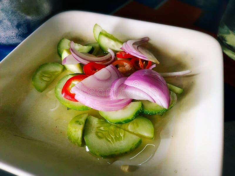 Achat, conserves au vinaigre qui sont les tranches et l'oignon de concombre en vinaigre photos stock