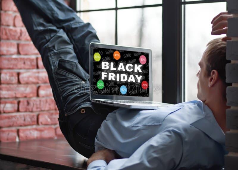 Achat d'homme dans l'Internet Black Friday photographie stock libre de droits