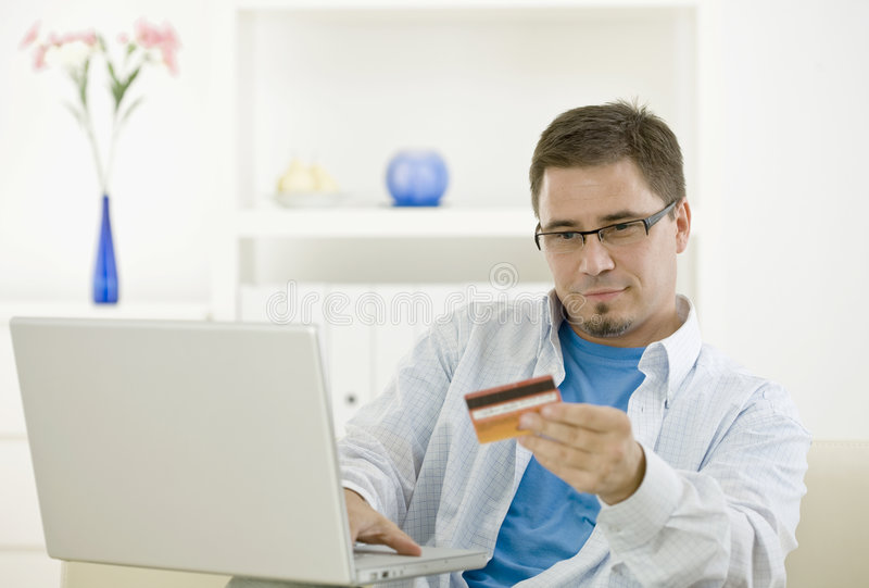 achat d'homme de crédit de carte photo stock